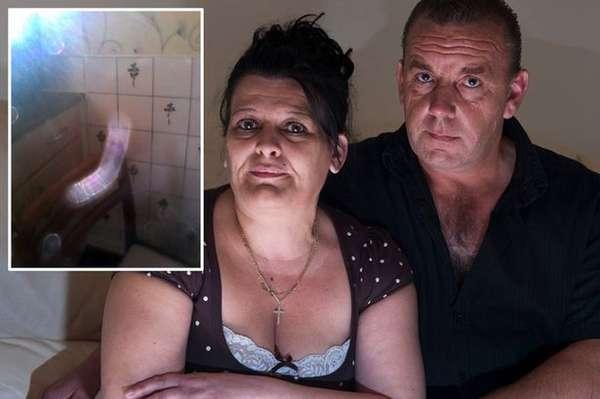 """FANTASMA TARADO - Um casal de britânicos que vive em Londres, na Inglaterra, afirma que um fantasma viciado em sexo quase acabou com o casamento de 23 anos. Deborah Rawson, 48 anos, garante que sofreu abuso e perseguição sexual de um fantasma, dentro de sua casa. O caso gerou diversas brigas entre o casal londrino, que, após tentativas aparentemente falhas de exorcismo, decidiu mudar de casa.De acordo com a mulher, o fantasma chamado Mark a procurava dia e noite, mesmo quando seu marido estava em casa. Em certo momento, ela conseguiu fotografar o """"órgão sexual"""" de Mark.(Com informações do The Mirror)"""