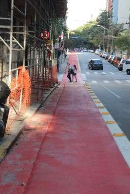 Moradores e comerciantes de Higienópolis, área nobre de São Paulo, divergem sobre a implantação de ciclovias em ruas do bairro --como a rua Piauí, na foto, nas imediações da Praça Buenos Aires