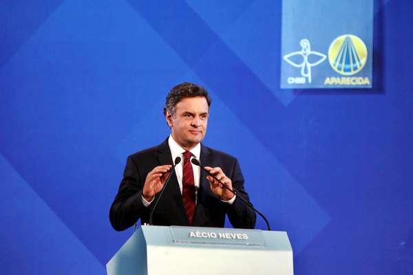 O candidato tucano Aécio Neves durante o debate em Aparecida