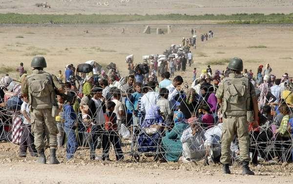 Soldados turcos montam guarda na fronteira com a Síria, próximo à cidade de Suruc, na província de Sanliurfa