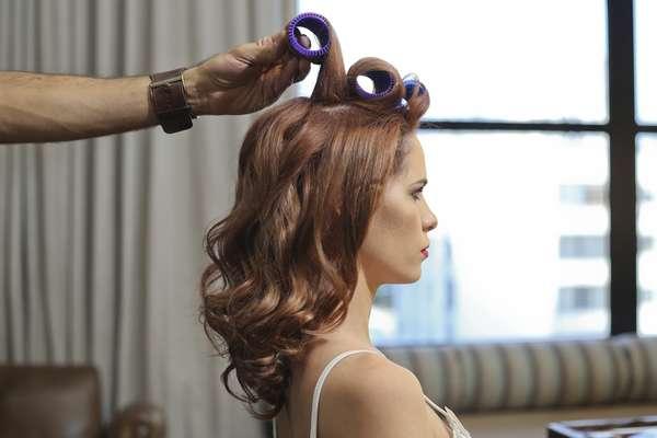Coloque bobes grandes em todo o cabelo