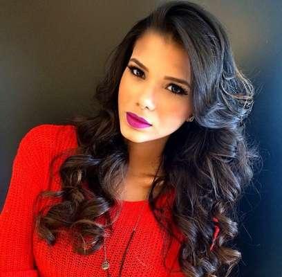 Jakelyne Oliveira, atual Miss Brasil, apostou em ondas largas no cabelo longo e escuro
