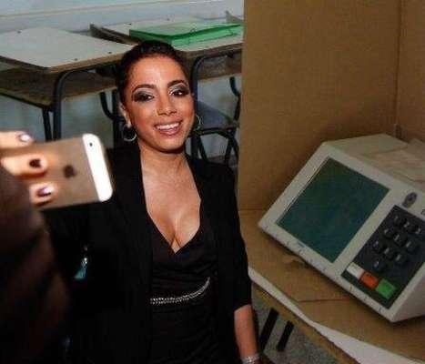 Anitta foi uma das primeiras vítimas dos memes deste domingo. Na foto, ela tira uma foto com a urna, com a mesma pose que tentou fazer sua selfie com a cantora Rihanna