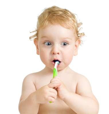 Com um ano, a criança já associa a escova com o ato de limpar a boca. Aos 3, algumas escolas começam a incentivar a prática da escovação sozinha, mas, até os 7 anos, um adulto deve fazer a higienização da boca das crianças, duas vezes ao dia
