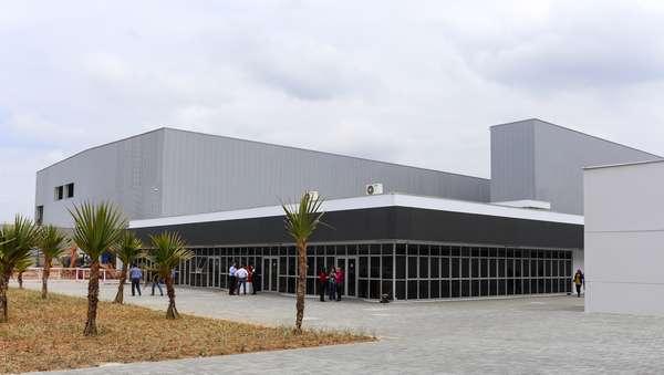 Vista externa da estrutura da fábrica da BMW na cidade de Araquari, em Santa Catarina