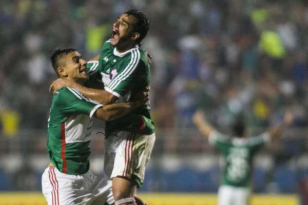 Lateral João Pedro recebe o abraço do artilheiro Henrique ao marcar o gol da virada palmeirense no Pacaembu: 2 a 1 contra o Grêmio.