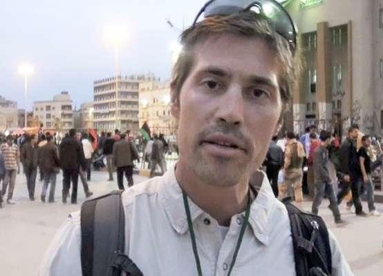 O jornalista americano James Foley, 40 anos, foi decapitado no dia 19 de agosto de 2014 por militantes do Estado Islâmico. Essa foi a primeira vítima cuja a morte foi gravada pelo grupo extremista e divulgada na internet. Foley havia desaparecido na Síria há quase dois anos. No vídeo, o americano - que estava ajoelhado ao lado de seu executor - disse que os EUA causaram sua morte.