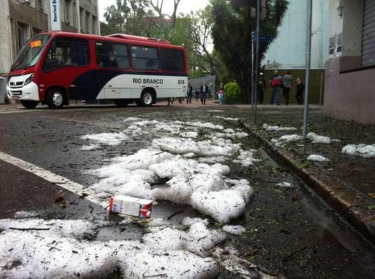 Rua Sete de Setembro, no centro de Porto Alegre; chuva de granizo atingiu a capital gaúcha na madrugada desta quinta-feira (16/10)