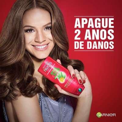 Internautas questionaram a pose de Bruna Marquezine em anúncio de shampoo, com braços desproporcionais; cabelo impecável também foi criticado