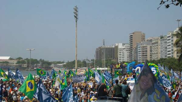 Centenas de pessoas acompanharam a caminhada de Aécio Neves na manhã deste domingo, 19 de outubro, na av. Atlântica, no Rio de Janeiro
