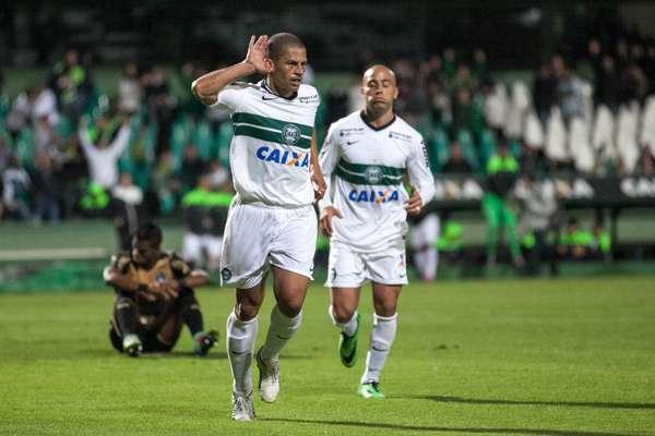 Alex marca no fim e dá números finais a vitória por 2 a 0 do Coritiba sobre o Botafogo, nesta quarta-feira, no Couto Pereira.