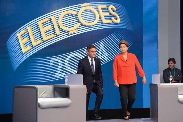 Aécio Neves e Dilma Rousseff entram no cenário do último debate do segundo turno