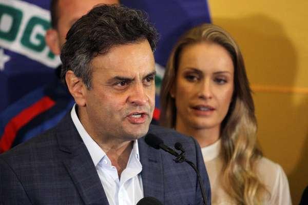 """O candidato a presidente derrotado no segundo turno, Aécio Neves (PSDB), foi recebido antes de seu primeiro discurso após a divulgação do resultado sob os gritos de """"Aécio guerreiro, orghulho brasileiro"""". Ele afirmou que ligou para a presidente reeleita, Dilma Rousseff (PT), lhe desejou sucesso e lhe disse que """"a maior de todas as prioridades deve ser unir o Brasil em torno de um projeto honrado e que dignifique a todos os brasileiros""""."""