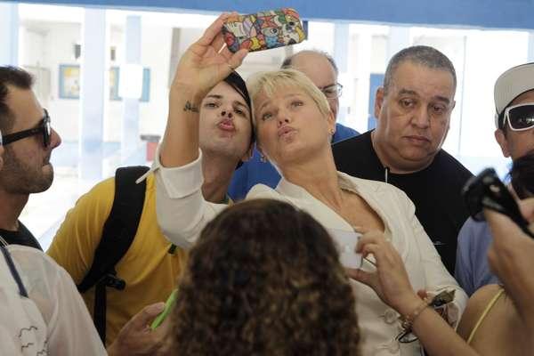 A apresentadora ainda tirou fotos com fãs no local