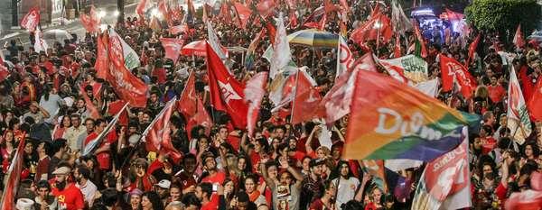 Eleitores de Dilma Rousseff comemoram reeleição da presidente na capital paulista