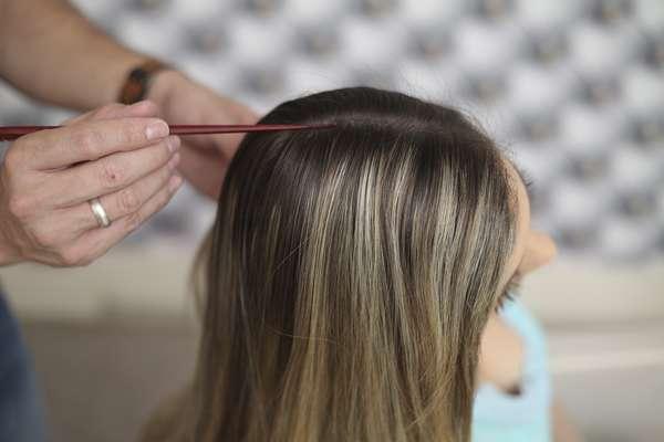 Divida o cabelo na lateral com uma risca limpa