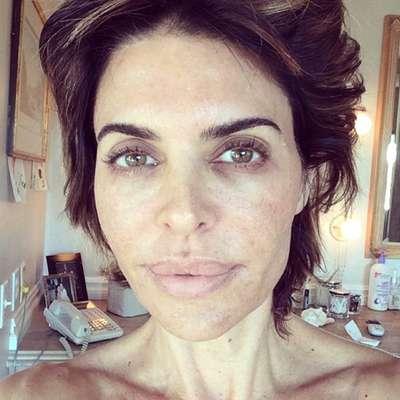 """A atriz Lisa Rinna postou foto sem maquiagem, logo após acordar, para aderir a campanha da UNICEF. """"Acordei assim. #UNICEF #WakeUpCall"""", escreveu na legenda"""