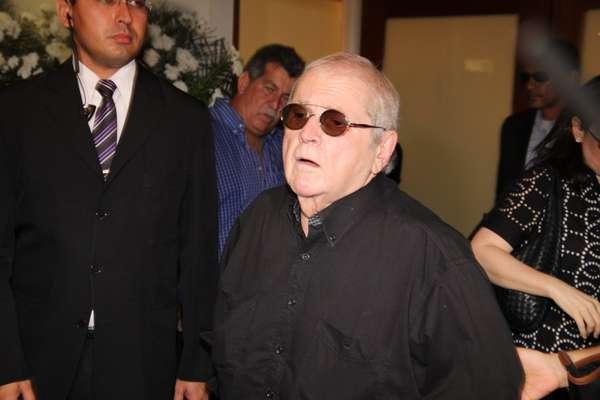 Jô Soares deixa o local do velório de seu filho único, Rafael Soares, falecido na sexta-feira (31)