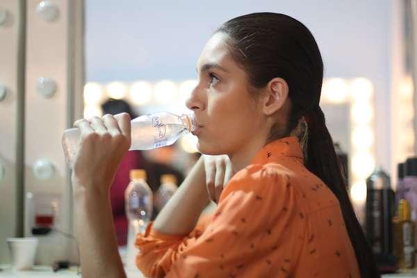 Apesar da chuva que refrescou o dia e deu esperança para que os reservatórios de água comecem a ser repostos, modelos da 38ª edição do São Paulo Fashion Week garantem que estão economizando água
