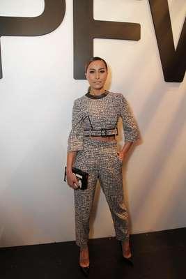 A apresentadora Sabrina Sato usou look comportado no segundo dia de São Paulo Fashion Week, nesta terça-feira (4). Ela usou calça de cintura alta e top cropped combinada com clutch