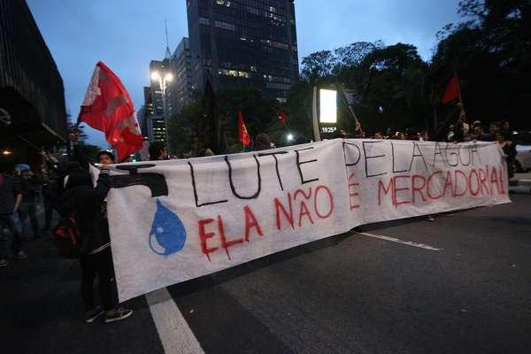 Os cerca de 100 manifestantes, de acordo com a Companhia de Engenharia de Tráfego (CET), se reuniram inicialmente no vão livre do Masp, na avenida Paulista, em protesto na noite desta quarta-feira.