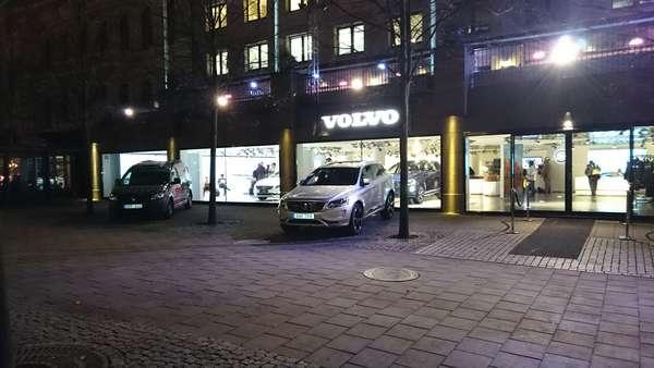 Show room da Volvo com novos carros totalmente conectados