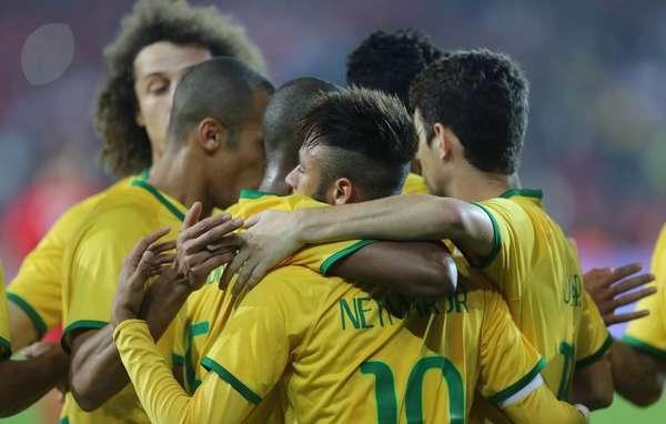 Jogadores comemoram primeiro gol da Seleção Brasileira na goleada por 4 a 0 sobre a Turquia, nesta quarta-feira, em Istambul.