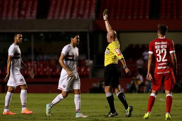 Em partida marcada pela arbitragem discutível de Heber Roberto Lopes, São Paulo e Internacional empataram por 1 a 1 no Morumbi.