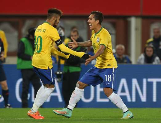 Roberto Firmino recebe o carinho do craque Neymar após marcar um golaço e garantir a vitória do Brasil em amistoso diante da Áustria.
