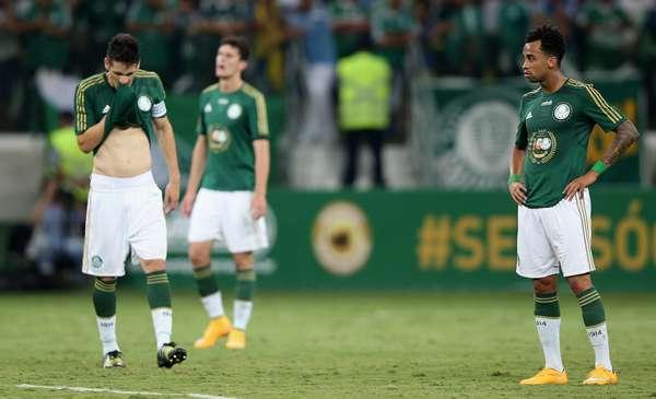 Sem Valdivia, o Palmeiras perdeu por 2 a 0 na partida inaugural do Allianz Parque para o Sport, irritando os torcedores que compareceram ao estádio.