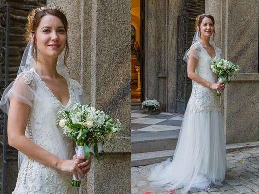Marcos (Thiago Lacerda) finalmente vai conseguir levar Laura (Nathalia Dill) para o altar, na novela Alto Astral. Na cerimônia, a jornalista exibe vestido branco assinado por Mariana Kuenerz, que custa R$ 17 mil