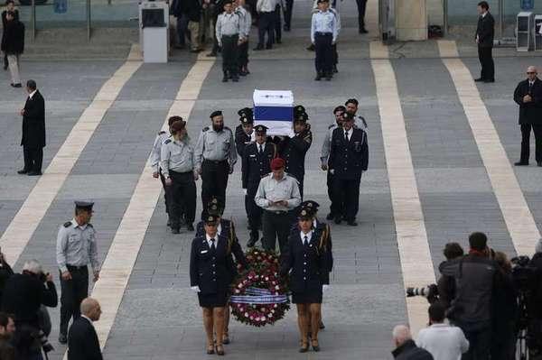O corpo do ex-primeiro-ministro israelense Ariel Sharon, morto após ficar oito anos em coma induzido por um derrame cerebral, é velado no Knesset, parlamento de Israel, em Jerusalém, em 12 de janeiro