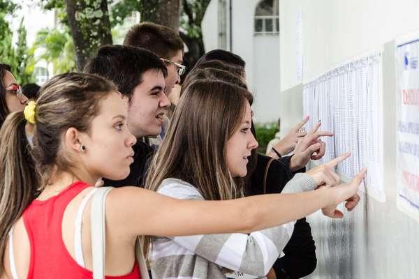 Candidatos verificam lista com sala de aplicação da prova da Fuvest, em Franca, neste domingo (30/11)