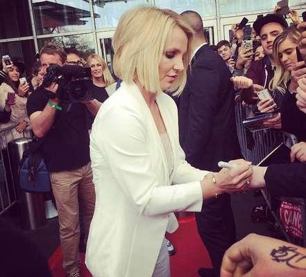 Britney adotou corte no estilo Chanel combinado a tom loiro claríssimo