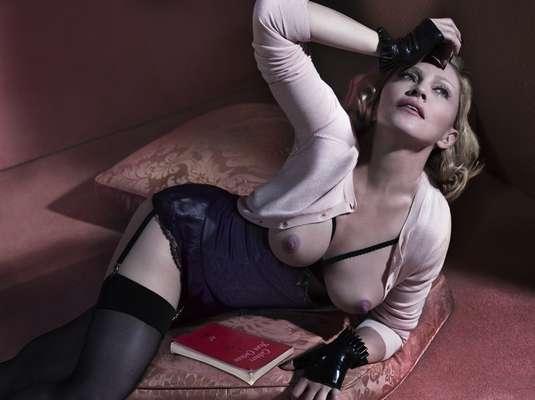 Aos 56 anos, Madonna faz topless em imagens provocantes para a Interview Magazine