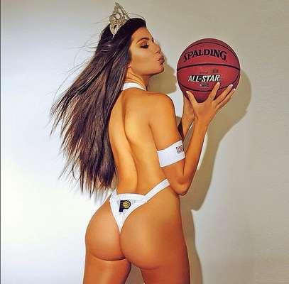 Terann Hilow es una modelo amante de los deportes y quiso darle un toque sexy a la NBA posando con los jerseys de varios equipos.