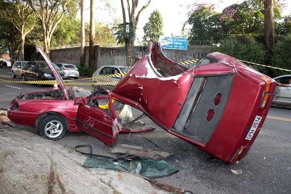Carro ficou destruído após bater no poste na madrugada de segunda-feira na zona oeste de São Paulo