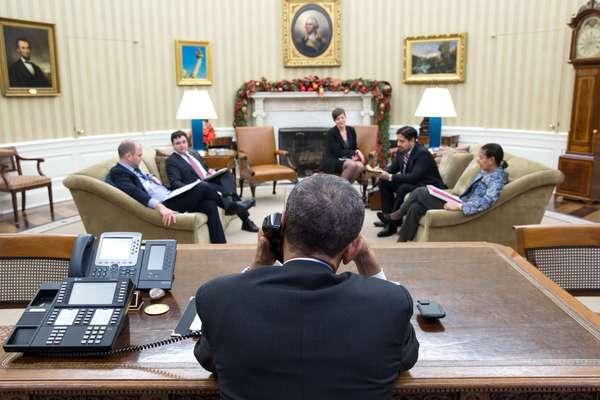 Presidente dos Estados Unidos, Barack Obama, fala ao telefone com o presidente de Cuba, Raúl Castro; o motivo da ligação foi a retomada das relações diplomáticas entre Estados Unidos e Cuba, depois de mais 50 anos