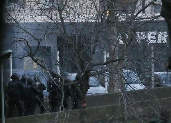 Terroristas fizeram reféns dentro de um mercado judeu no leste de Paris nesta sexta-feira ao mesmo tempo que os irmãos suspeitos de terem realizado o atentado à revista Charlie Hebdo invadiram uma fábrica no norte da França