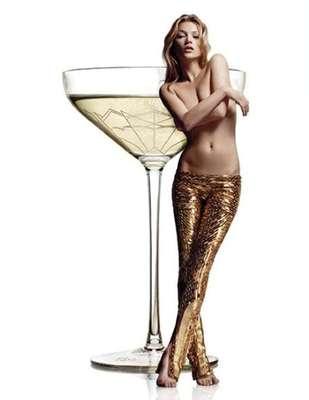 Para celebrar os 25 anos de carreira de Kate Moss, o restaurante 34, localizado em Londres, produziu uma taça de champanhe que tem o formato do seio esquerdo da top. O modelo foi feito pelo artista plástico Jane McAdam Freud e, apesar de excêntrico, parece não ser novidade. A inspiração veio da lenda que diz que a rainha francesa Maria Antonieta também teve o formato de um dos seios transformado em taça.