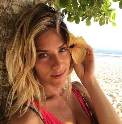 Giovanna Ewbank aposta em um look praia, com raiz escura e comprimento loiríssimo