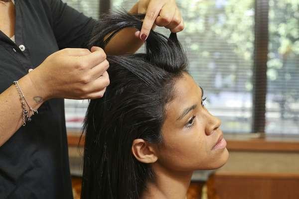 Pegue três mechas finas na frente do cabelo