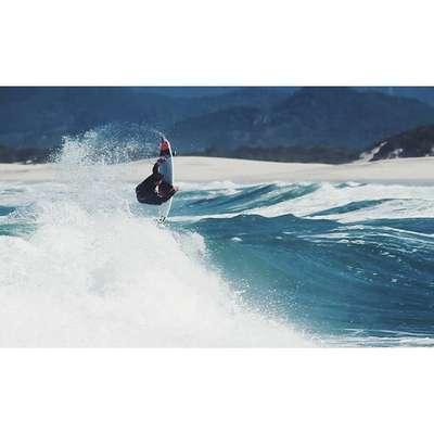 Ricardo dos Santos, conhecido como Ricardinho, competia profissionalmente desde 2008. Ele disputou sete etapas do WCT, e já havia conquistado uma vitória diante da lenda Kelly Slater em Teahupoo, em 2012, além de inúmeras etapas do Qualifying Series, espécie de segunda divisão. Morreu neste dia 20 de janeiro, após não resistir a ferimentos de bala. Veja mais fotos do surfista brasileiro: