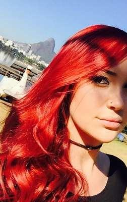 Josie Pessoa adotou um vermelho fogo para viver a personagem Du na novela Império
