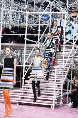 Brilho, cor e estampas marcaram o desfile de alta-costura da Dior, realizado em Paris, nesta segunda-feira (26)