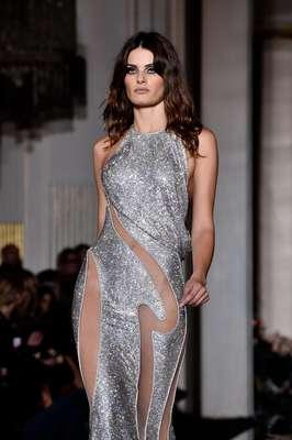 A brasileira Isabeli Fontana no desfile da Versace da semana de alta-costura de Paris