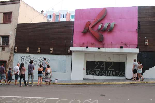 Familiares e amigos das vítimas do indêndio que atingiu a boate Kiss, em Santa Maria (RS), picharam os muros da boate em homenagem aos mortos. Parentes fizeram vigília na noite de segunda-feira (26) para esta terça-feira (27), quando a tragédia completa um ano.