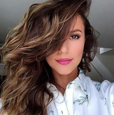 Paolla Oliveira exibe cabelo médio com mechas loiras para iluminar e textura para ganhar volume