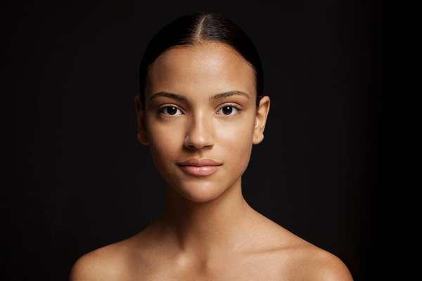 Para preparar a pele, a maquiadora Jake Falchi indica começar com primer, base, pó e corretivo