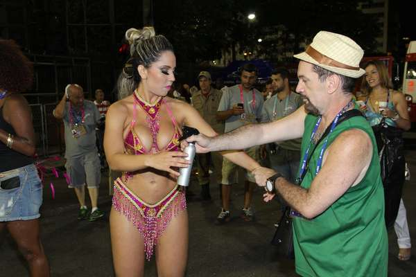Renata Frisson, a Mulher Melão, usou spray bronzeador de última hora para desfilar na Marquês de Sapucaí.